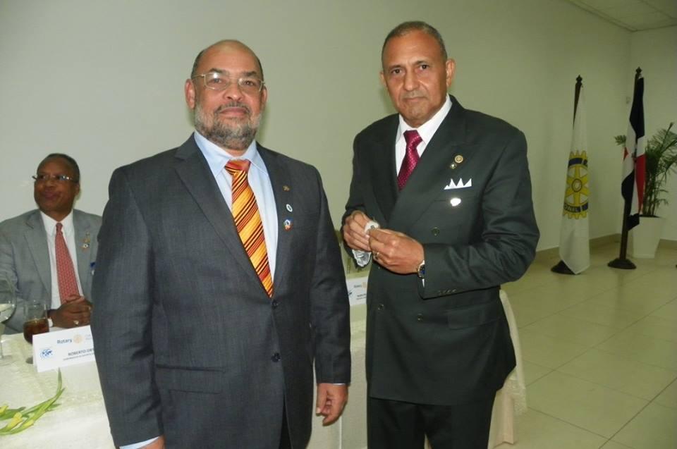 Intercambio-de-botones-en-tre-los-presidentes-Robero-Y-Cesar.